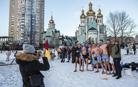 不惧寒冷!乌克兰民众在冰冷的第聂伯河洗礼