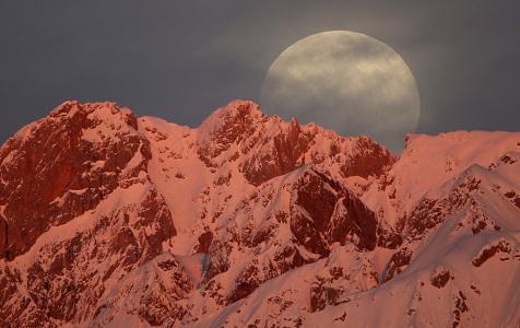 """欧美多地上演绝美""""超级月亮"""" 场面壮观"""