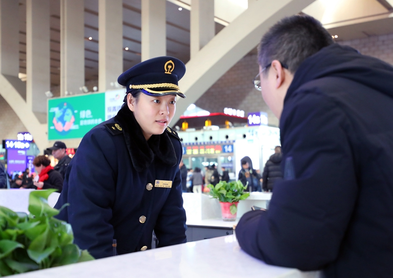 【组图】春运首日 石家庄火车站温馨服务温暖回家路