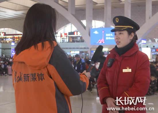 石家庄火车站值班站长张宁正在接受长城新媒体记者采访。长城网 郭洪杰 摄