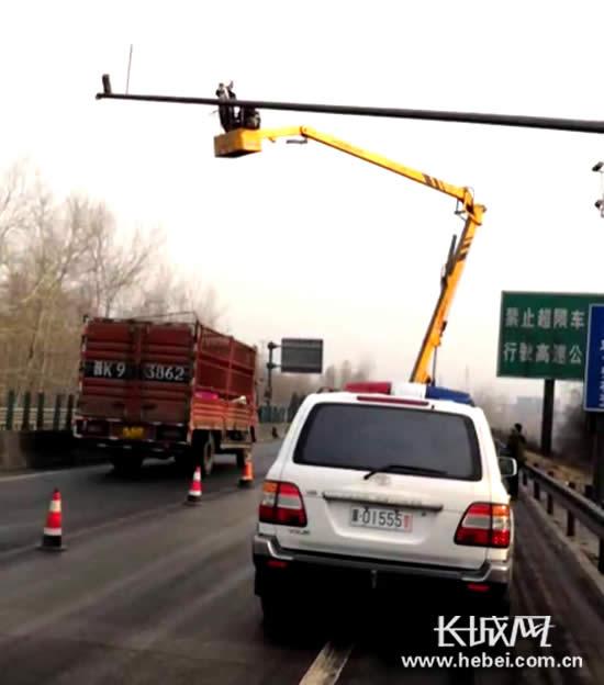 河北高速交警鹿泉大队正在安装电子设备。长城网 郭洪杰 摄