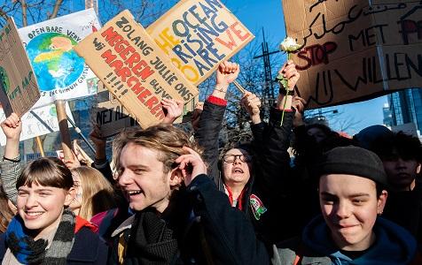 比利时学生逃课参加示威游行 呼吁当局重视环保