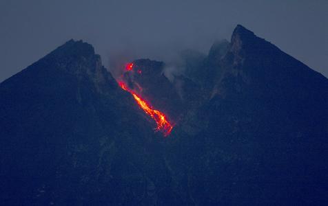 印尼默拉皮火山喷发