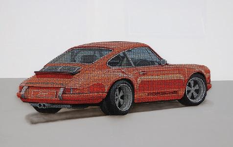 艺术家用8000颗螺丝制作保时捷模型