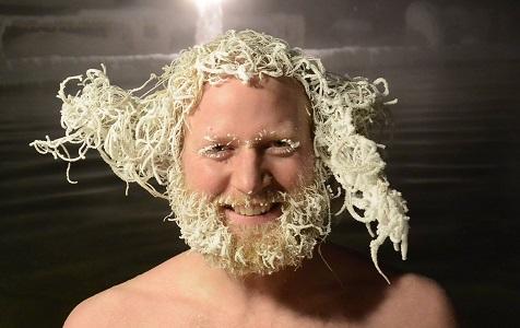 """加拿大温泉""""冰冻头发""""大赛 看谁头发冻住后更酷!"""