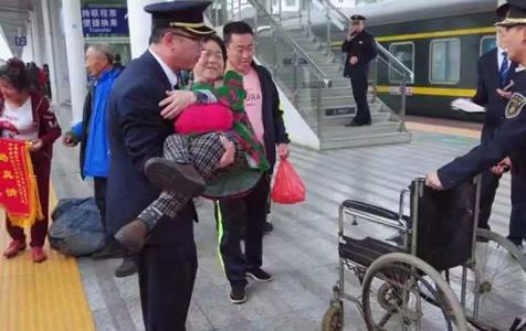 """今年最美的""""公主抱"""",这个列车长太帅了!"""