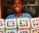 11岁男孩痴迷编织废寝忘食,织品大卖后捐款慈善事业