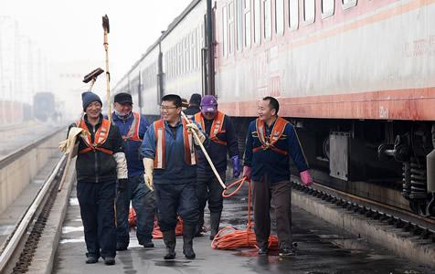 """邯郸:""""火车美容师"""" 春运里的幕后英雄"""