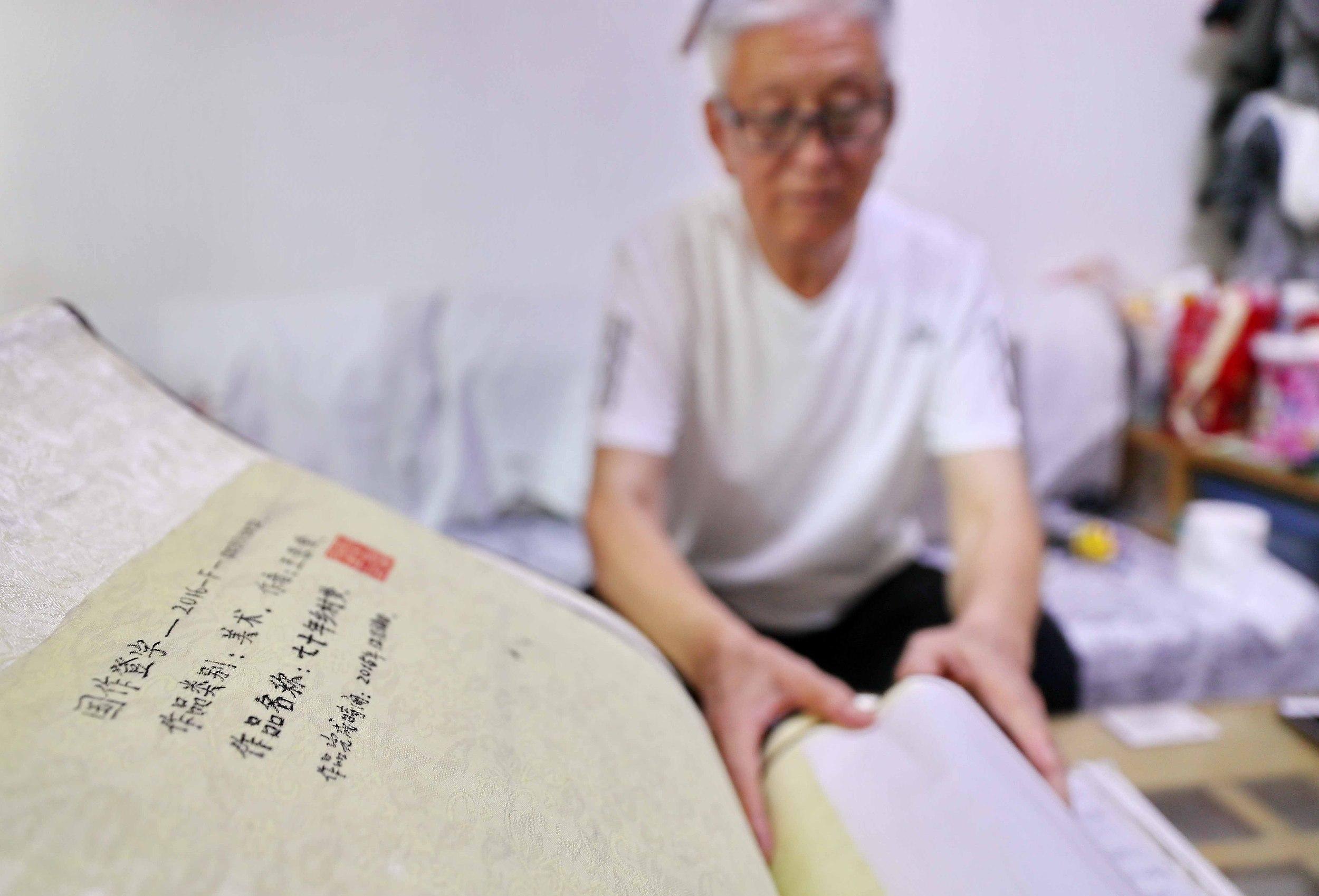 七旬翁用画笔绘出历史变迁