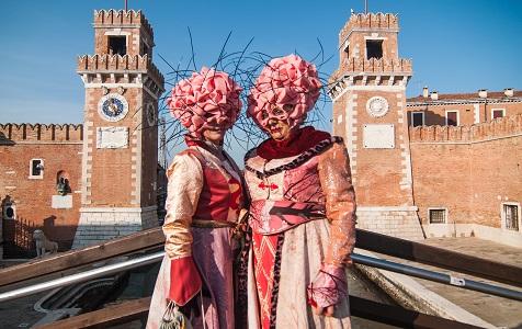 """意大利威尼斯狂欢节热度不减 民众大秀""""宫廷风"""""""