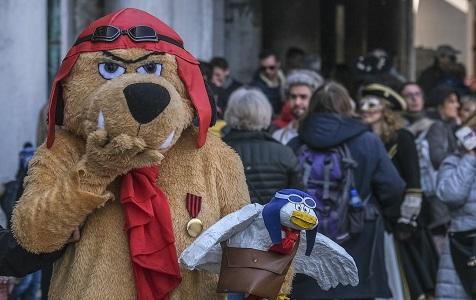 意大利威尼斯举办传统狂欢节 市民化夸张妆容街头游行