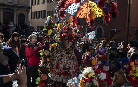 意大利小镇掀起化妆狂欢 华丽服装面具异常吸睛