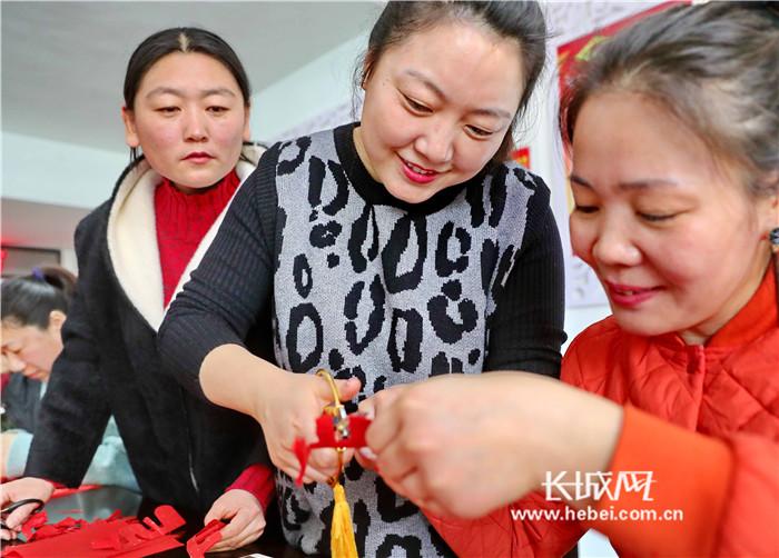 秦皇岛:巧手学剪纸 共迎妇女节