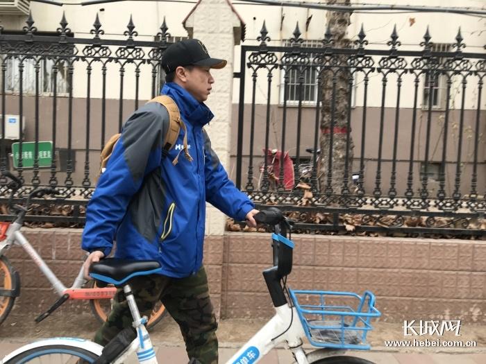 """【他们】单车运维员:希望""""共享""""让城市更文明 让生活更美好"""
