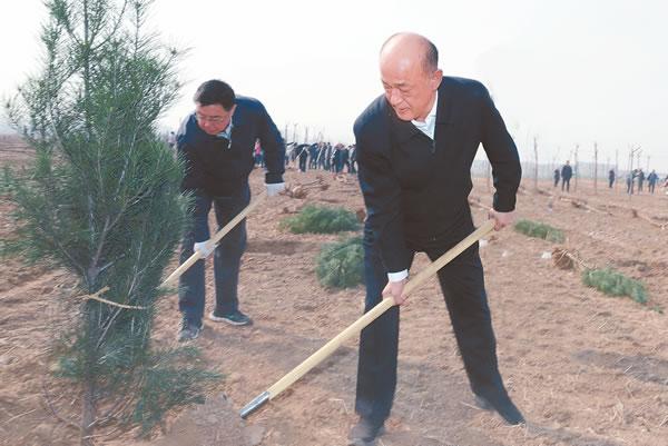 聂瑞平郭建英等与干部群众一起参加义务植树活动
