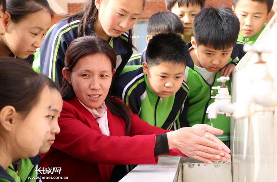 """【图片新闻】平乡县直一小 """"世界水日""""教育孩子珍惜每一滴水"""