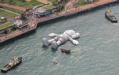 37米巨型玩偶横卧香港维港 给繁忙城市带来轻松愉悦