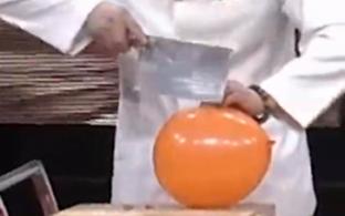 大厨秀厨艺绝技惊呆全场:气球上切肉丝 还在自己腿上切菜