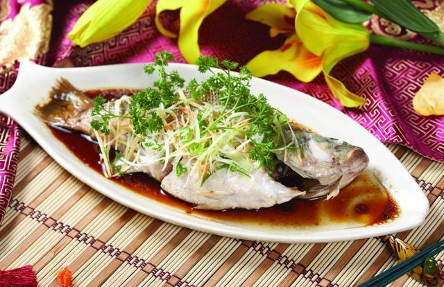 """""""清蒸鲈鱼""""这样做鲜嫩无腥味,营养又美味,厨房小白也能做!"""