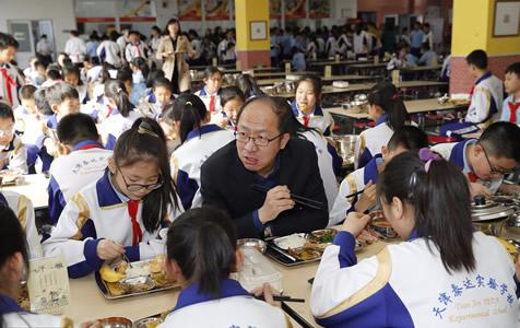 天津一校长陪学生吃午餐 好习惯坚持七年