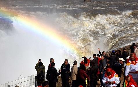 山西临汾:壶口瀑布水流增大 瀑布群奔腾汹涌吸引游客