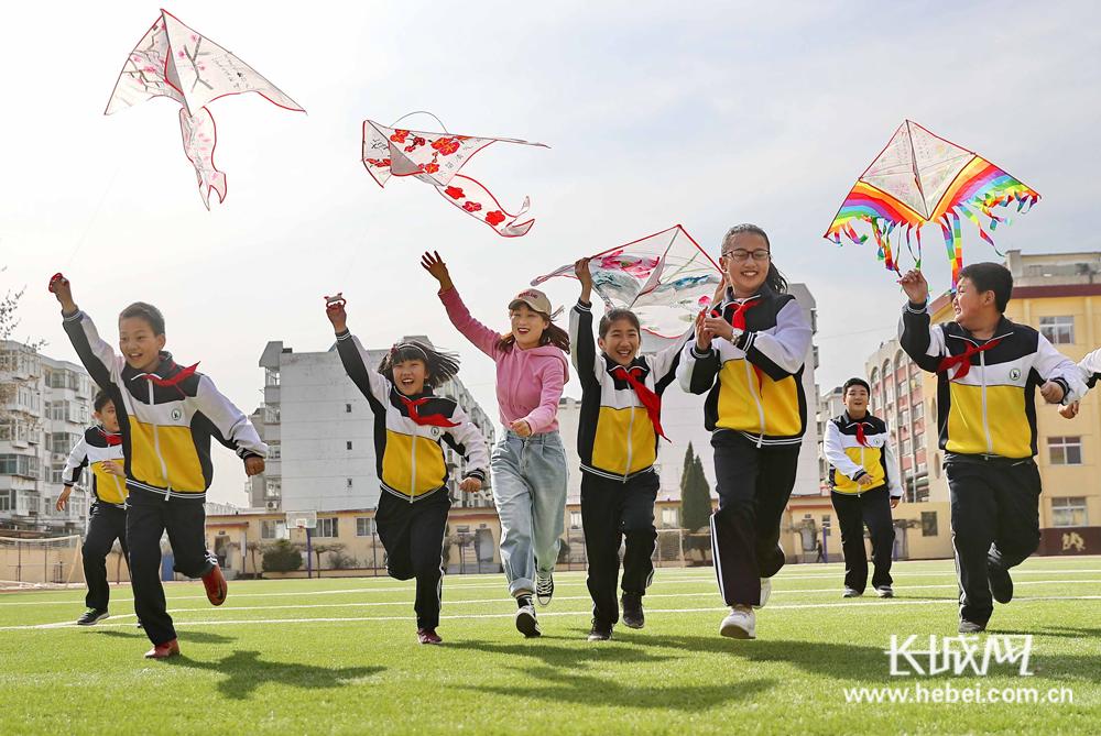 秦皇岛:彩绘风筝 感受春天