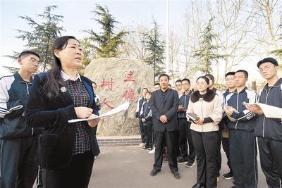全國人大代表陳鳳珍走進中學宣講全國兩會精神