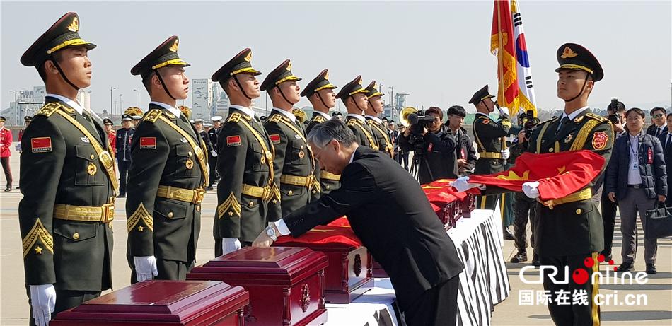 第六批在韩中国人民志愿军烈士遗骸交接仪式举行(组图)