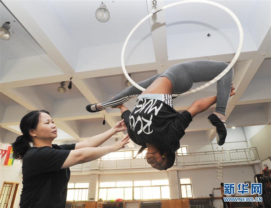 外国留学生 吴桥学杂技
