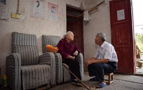 73岁孝子照料96岁老母:她养我小我养她老
