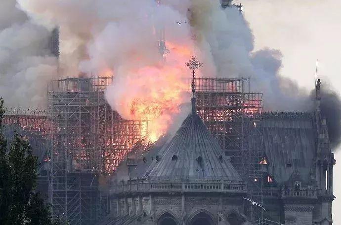 全球哭泣!大火后的法国巴黎圣母院变成了这样……