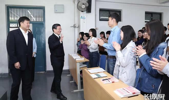 王東峰在河北師范大學隨堂聽課并帶頭作思想政治理論課報告