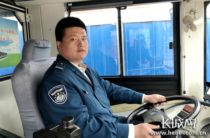 【暖视频】心细如发的公交司机:为了观察你的情况<br>我一直开着后门