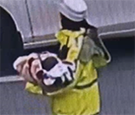 重庆:男子紧急求助 交警帮忙抱娃