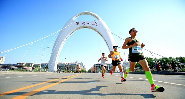 中国峰峰·企业家马拉松开跑 公益款全部用于全民健身公益事业