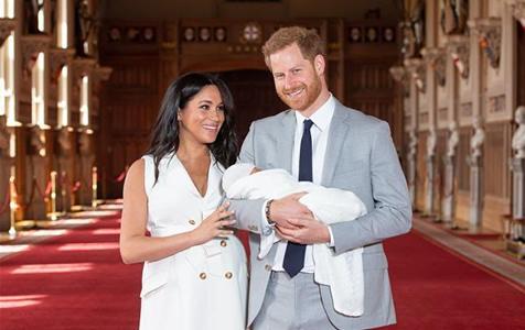英国萨塞克斯公爵夫妇携新生儿亮相
