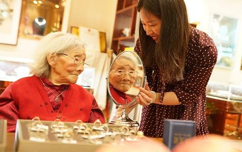 江苏镇江:志愿者为111岁老人过母亲节