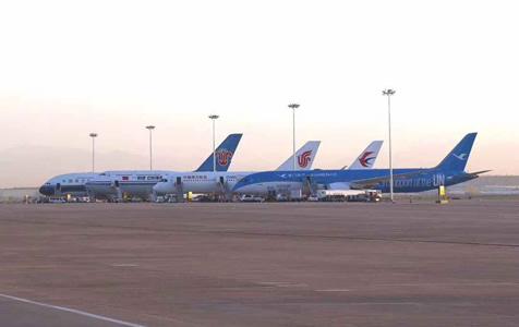 大兴国际机场真机试飞 9时30分首架飞机落地