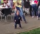 气场全开!两岁小男孩误入大学狂欢派对?舞姿炫酷引众人围观
