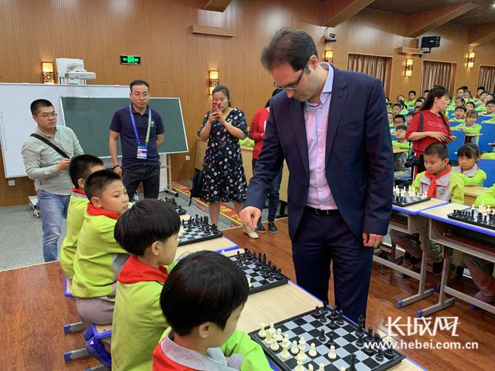 国际象棋进校园 世界冠军与衡水小棋手激烈