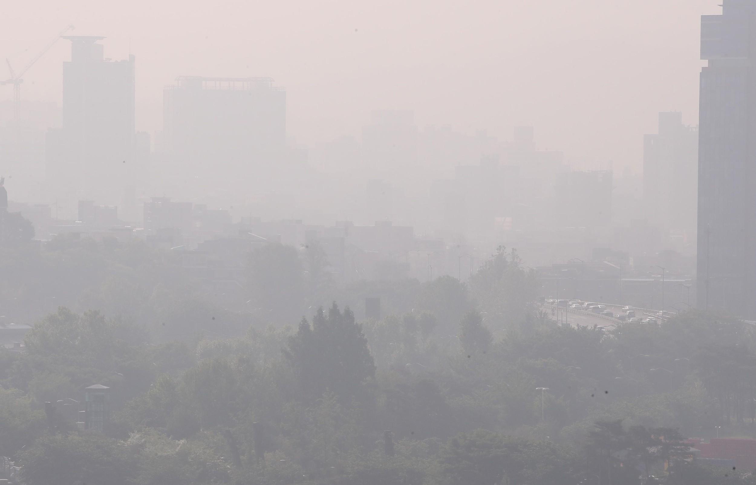 韩国首尔遭雾霾侵袭 城市陷入一片 混沌