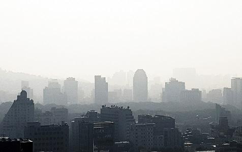 """韩国首尔遭雾霾侵袭 城市陷入一片""""混沌"""""""