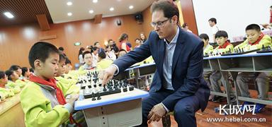 """小学生与国际象棋大师PK 惊呼没被他""""将死"""""""