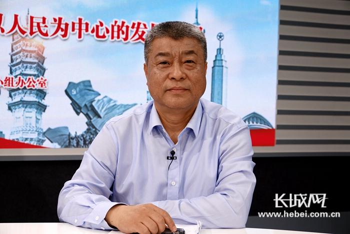 石家庄市行政审批局副局长李卫东在直播间。长城网记者袁立朋摄
