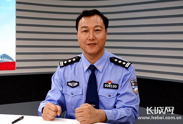 石家庄市公安局政治部副主任王宏伟在直播间。长城记者袁立朋摄