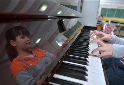"""17岁盲女用钢琴""""看""""世界 用耳朵""""看""""电影"""