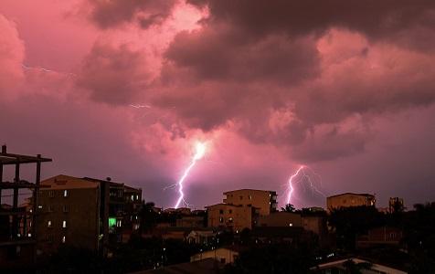 缅甸:闪电划破夜空场面堪比电影特效