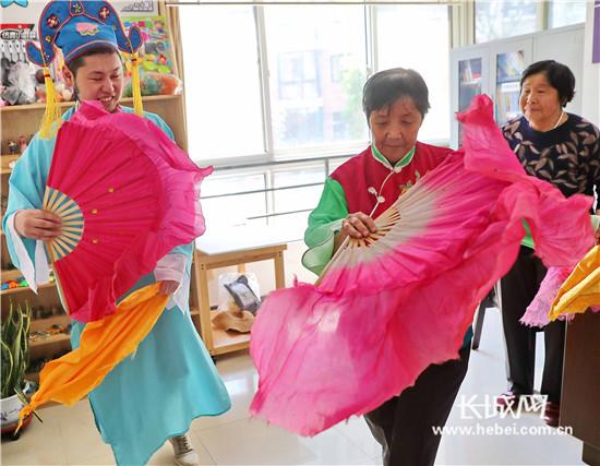秦皇岛:扭秧歌、学茶艺,碧海云天社区迎来蒙古国留学生