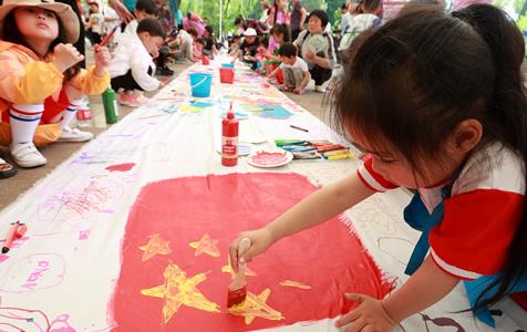 北京:百人共绘百米长卷 庆祝新中国成立70周年
