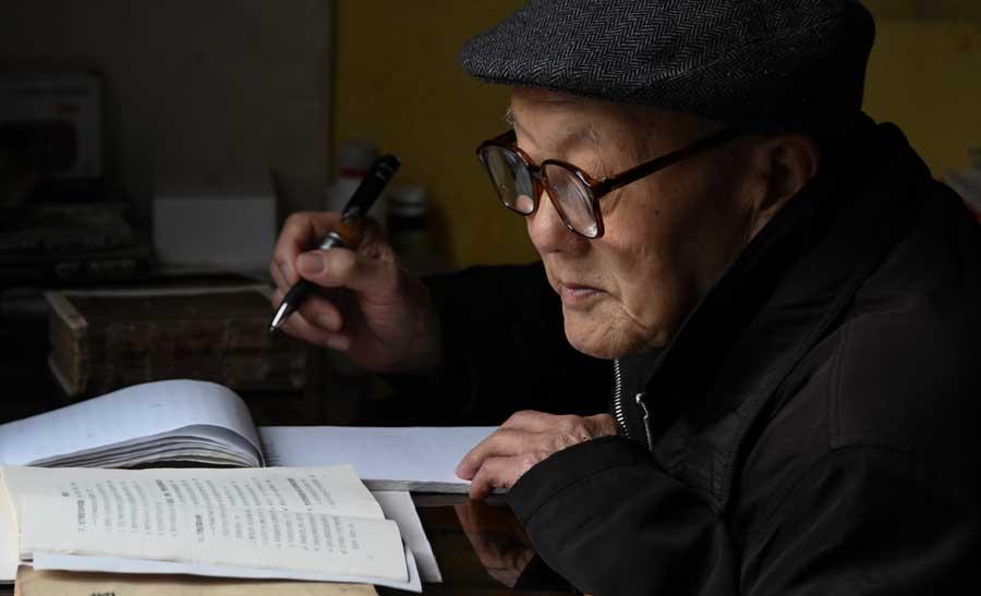 张富清在家里看书学习